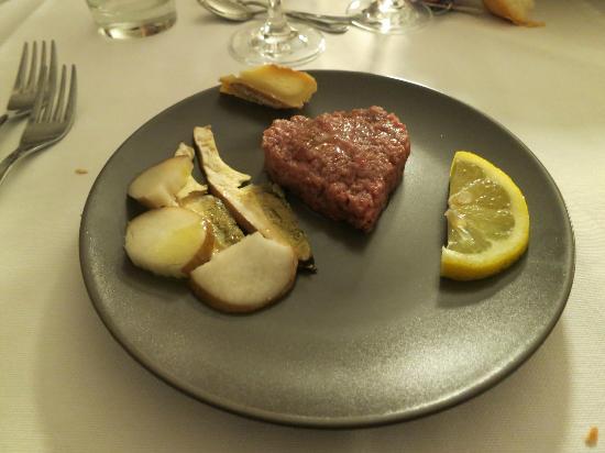 Tartare di carne fassona con funghi porcini crudi e robiola – CASCINA ADORNO