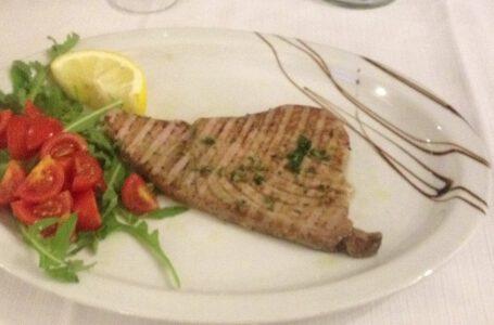Filetto di tonno pinne gialle cotto al punto giusto con rucola e pachino-IL RICCIO – Torino